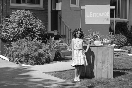 vintage meisje met limonade staan Stockfoto
