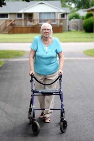 marcheur: femme �g�e avec walker Banque d'images