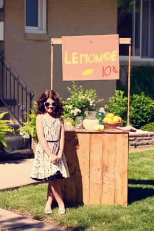 vintage meisje en haar limonadetribune