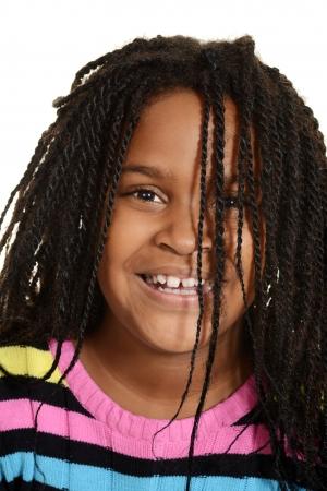 fille noire: petite fille noire avec des cheveux sur le visage