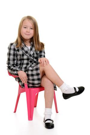 어린 소녀는 분홍색 의자에 앉아 스톡 콘텐츠 - 26933625