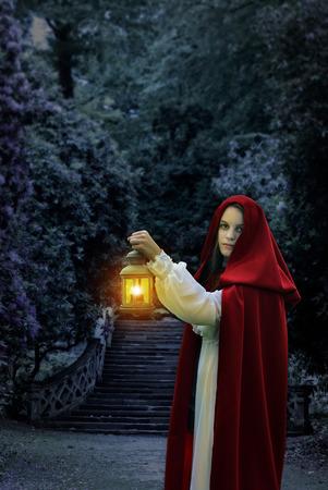 Moonlight lanterns: Người phụ nữ với áo choàng màu đỏ và đèn lồng