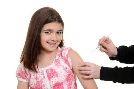 inyeccion intramuscular: Niño feliz que consigue la inyección de inmunización Foto de archivo