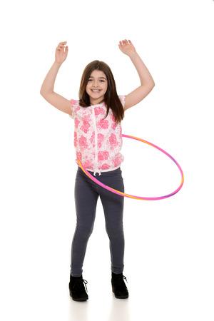 niños bailando: niño jugando con aro de hula Foto de archivo