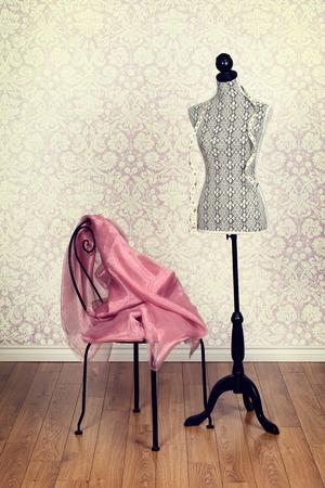 vestidos antiguos: vestido de la vendimia forma rosada tela Foto de archivo