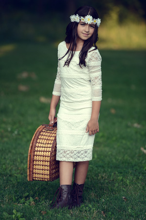 mujer con maleta: chica del vintage con la cesta de picnic