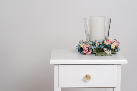 decoracion mesas: flores de la primavera con la vela Foto de archivo