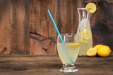 limonada: vaso de limonada en la madera