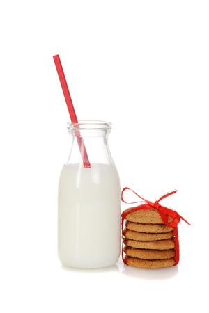 galletas de jengibre: vaso de leche con galletas de jengibre Foto de archivo