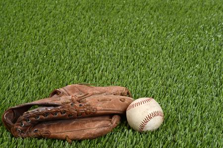 pasto sintetico: guante y pelota de béisbol Foto de archivo
