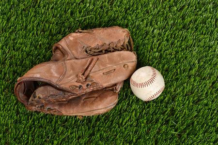 pasto sintetico: la parte superior del guante de béisbol y la bola vista