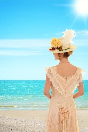ビーチでビンテージ女性