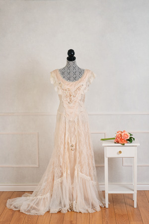vintage wedding dress with rose bouquet Zdjęcie Seryjne