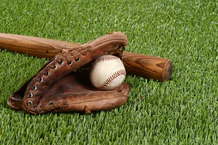 pasto sintetico: bate de béisbol con el guante y la bola