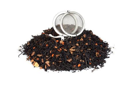 Haufen von Bio-Chai-Tee mit Kürbis und Infuser Ball