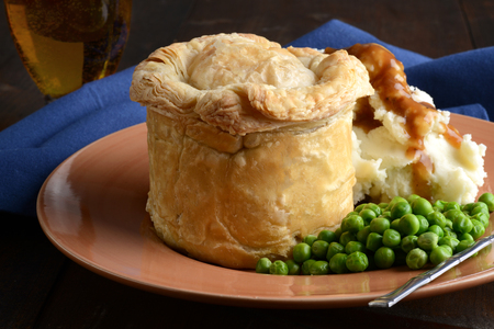 closeup pub meat pie with mashed potatoes and peas Standard-Bild