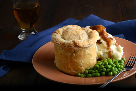meat pub pie with mashed potato and gravy 스톡 콘텐츠