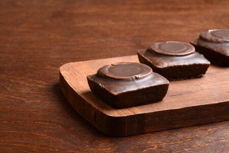closeup small dark chocolate cakes Stockfoto