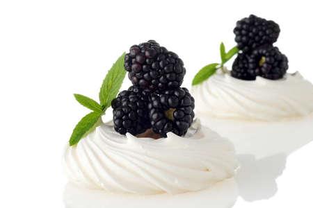 blackberry meringue pavlova with mint 스톡 콘텐츠