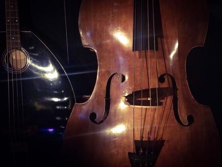 Luce splenda su di violino Archivio Fotografico - 43180031