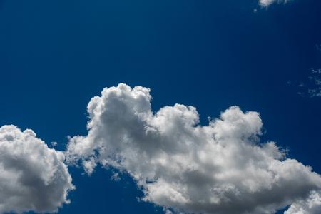 Magnifique ciel bleu avec des nuages blancs. Abstrait. Banque d'images