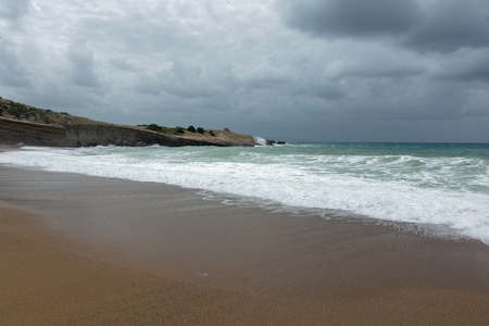 Waves On sand beach of the Aegean Sea in Rhodes in summer day. 免版税图像