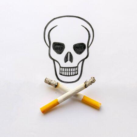 a drawn skull with crossed cigarettes instead of bones, stop smoking, stop smoking, do not smoke. Stockfoto