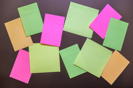 Many small sheets of colored paper to write on the notes on the wall. Archivio Fotografico
