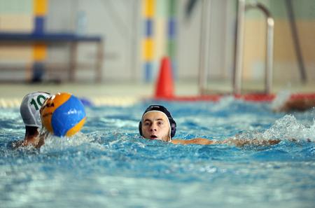 waterpolo: VARSOVIA, POLONIA - 08 de diciembre 2015: Polaco Waterpolo Superliga Legia Varsovia - DSW Waterpolo Poznanop: jugadores de waterpolo Editorial