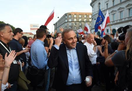ポーランド 7 月 20 日: Demostrators ポーランド語の司法制度の変化への抗議に参加し、最高裁判所、大統領官邸、グジェゴシュ Schetyna の建物の前に小僧 報道画像