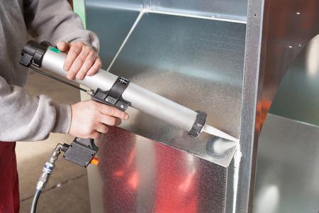 pracovní silikonový tmel s pistolí