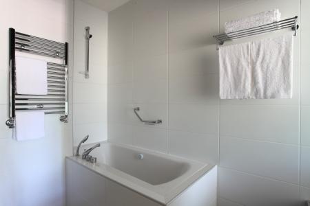 Badewanne, beheizte handtuchhalter und regal im badezimmer ...