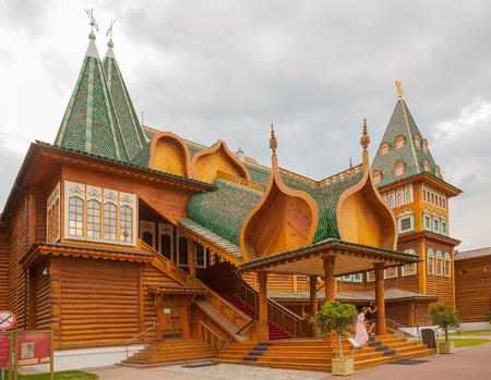 Russian palace: MOSC� - 16 de julio: Palacio de madera del zar ruso Alexey Mikhailovich en Kolomenskoye reserva el 16 de julio de 2014 en Mosc�. Editorial