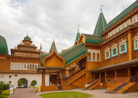 Russian palace: MOSC� - 16 de julio: Palacio del zar ruso Alexey Mikhailovich en museo Kolomenskoye el 16 de julio de 2014 en Mosc�.