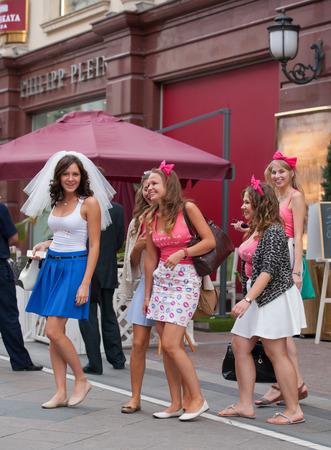 bachelorette party: MOSC� - 29 de julio: La novia y ni�as que participan en una despedida de soltera antes de la boda en la calle San Nicol�s el 29 de julio de 2014 en Mosc�.