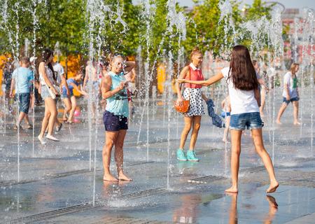 personas banandose: MOSC� - 31 de julio: Los j�venes se ba�an en la fuente seca en Museon Parque el 31 de julio de 2014 en Mosc�.