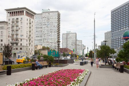 MOSCOW, RUSSIA - AUGUST 20, 2018: Buildings, people, flower bed and benches in Novy Arbat street. This street is located in the center of Moscow. Redactioneel