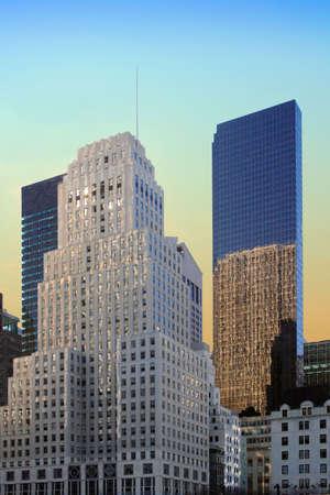夜明けのニューヨーク市での区切りし、反射の建物の間のエコーを送信