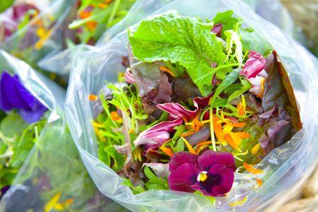 ensalada verde: Ensalada de primavera con mezcla de flores comestibles
