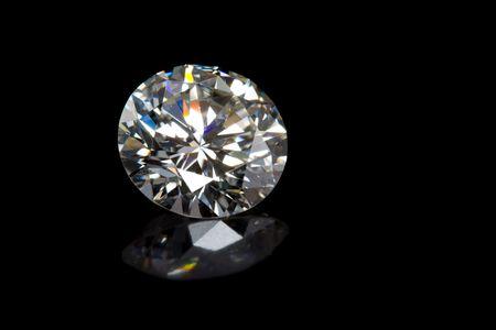 ダイヤモンド: 黒の背景に反射とラウンド ダイヤモンド