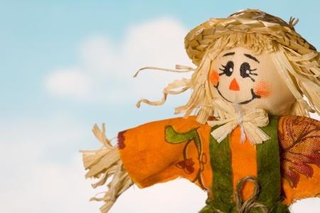scarecrow: Closeup ca�da espantap�jaros contra el cielo azul con nubes blancas Foto de archivo