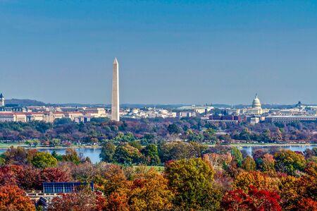 秋天在华盛顿阿灵顿国家公墓的美国国会广场。