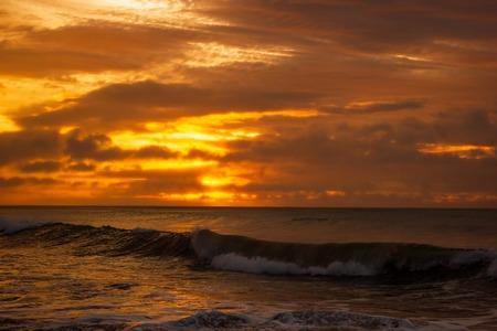 Einmal im Leben schöner Sonnenaufgang über dem Indischen Ozean, Wellen brechen an der Great Ocean Road, Victoria