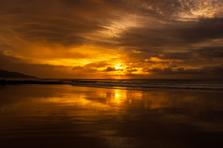 once in a life time beautiful sunrise over the indian ocean, waves are breaking at the great ocean road, victoria 免版税图像