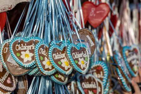 typical gingerbread hearts at the oktoberfest in munich - greetings from the oktoberfest Zdjęcie Seryjne