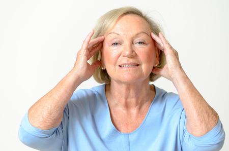 elasticidad: Mujer mayor que usa la camisa azul, mientras que muestra su efecto frente al envejecimiento causado por la pérdida de elasticidad primer
