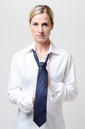 vistiendose: Empresaria que consigue vestido y ata su lazo