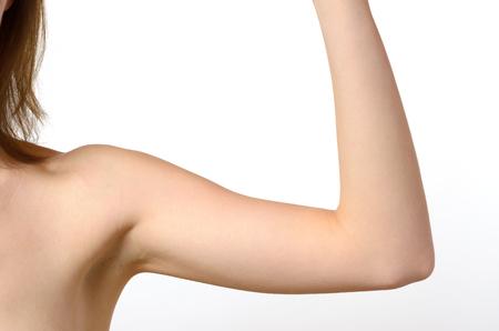 흰색 배경에 대해 한 여자의 팔꿈치에서 맨 손으로 어깨와 팔 구부러진.