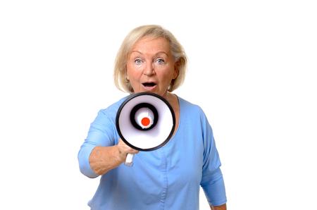 hablar en publico: mujer de edad avanzada emocionados hablando en un meg�fono conceptual de una protesta, hablar en p�blico, reuni�n o dar �rdenes, parte superior del cuerpo aislado en blanco Foto de archivo