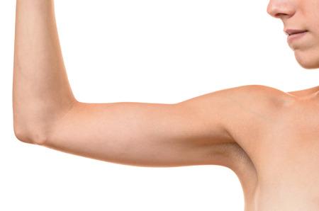 elasticidad: Mujer rubia joven que muestra el brazo fl�cido, efecto del envejecimiento causado por la p�rdida de elasticidad y el m�sculo, primer plano